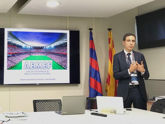 D. Medina, Responsabile dello Staff Sanitario del Barcelona F.C., illustra le finalità della AEMEF (Asociacion Espanola de Medicos de Equipos de Futbol)